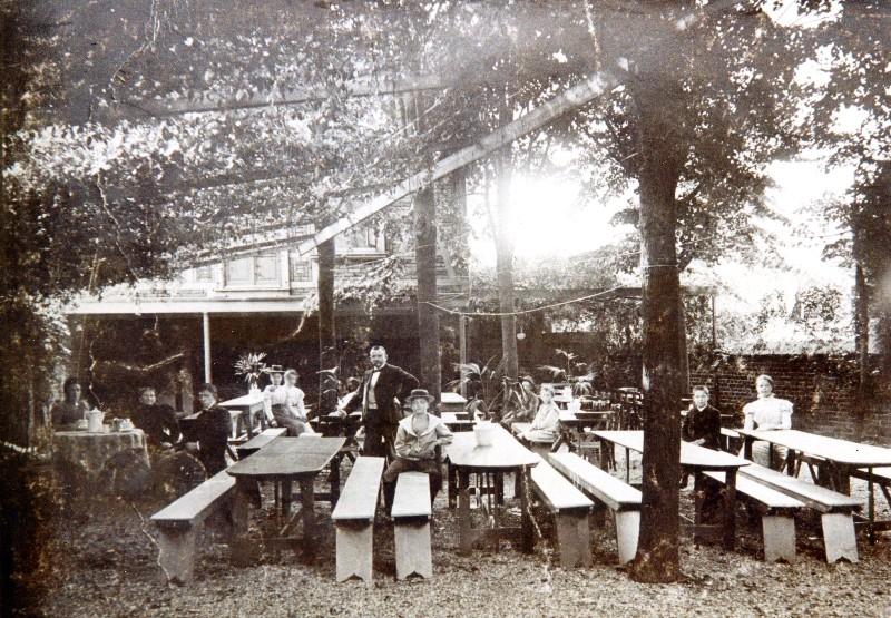 Der Garten der Wirtschaft Hermann Windgassen um 1905 am Kölner Tor. An das spätere Kino hier kann sich so mancher Lenneper noch gut erinnern. Lenneparchiv Schmidt