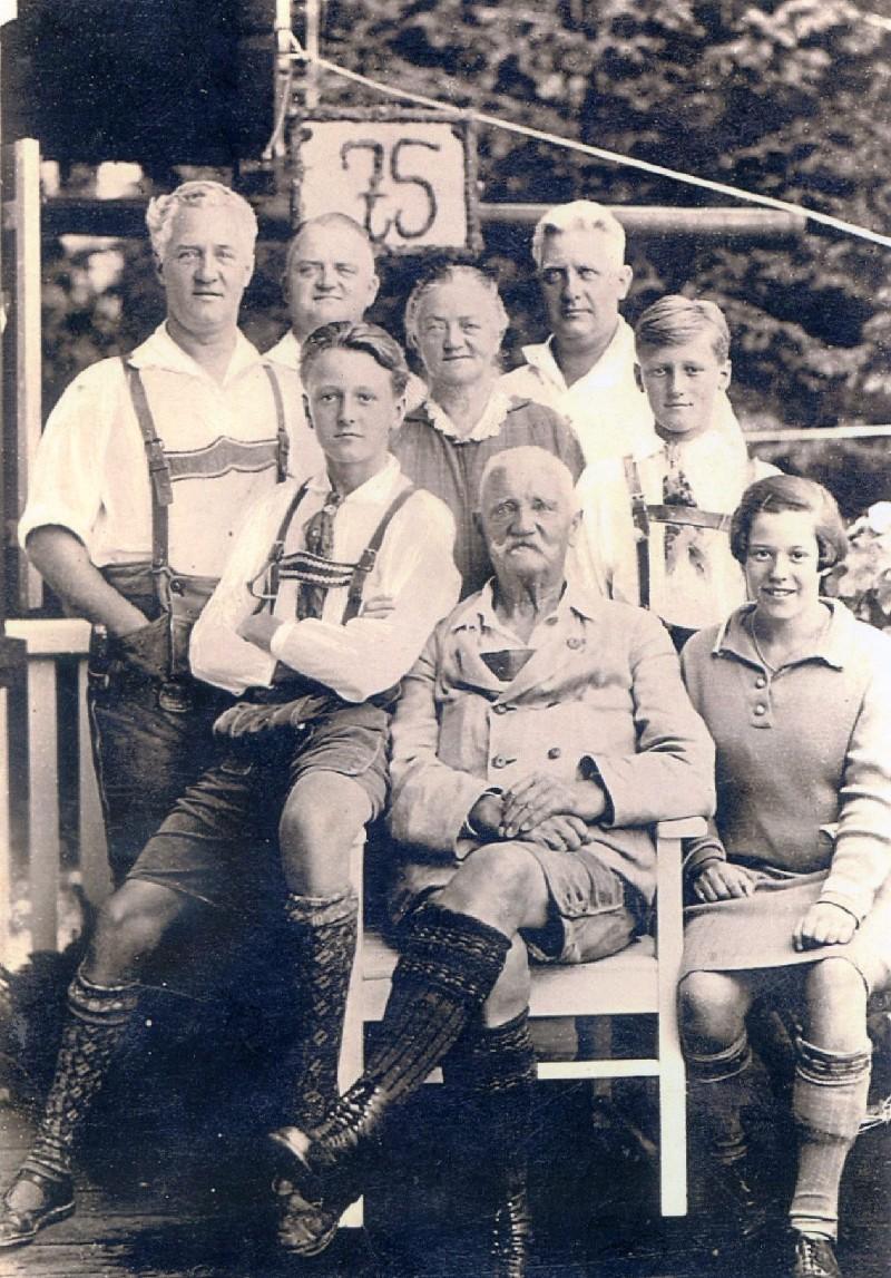 Familie Windgassen in Murnau am Staffelsee zum 75. Geburtstag des Seniors Hermann. Die Söhne hatten den Hang zur Musik u. Kultur sowie zum Theatralischen geerbt. Lenneparchiv Schmidt