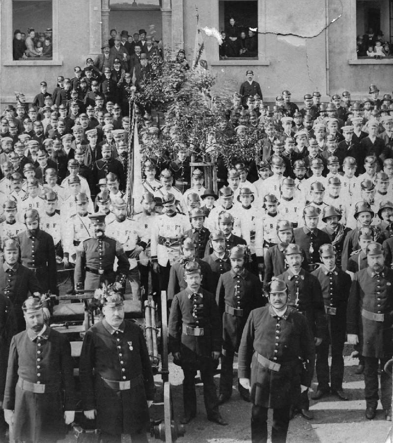 Stiftungsfest 1892 zum 25. Jubiläum der Wehr. Vorne links erblickt man Fritz Hardt, in der Mitte den Wehrführer Julius Hasselkus und vorne rechts Albert Schmidt. Lenneparchiv Schmidt