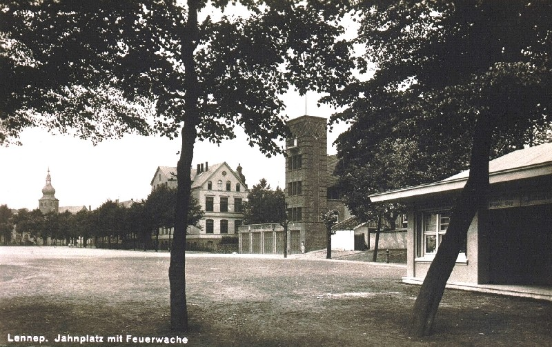 Diese Ansicht des Jahnplatzes aus den 1940er Jahren ist schon lange Geschichte, weitere Veränderungen stehen an, wenn ein Outlet Center hier angesiedelt wird. Lenneparchiv Schmidt