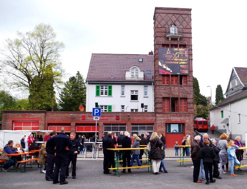 Eine meiner fotografischen Erinnerungen an den wohl letzten Blaulichttag der Freiwilligen Feuerwehr Lennep an dieser Stelle. Jahnplatz ade, auf zur Karlstraße ! Lenneparchiv Schmidt