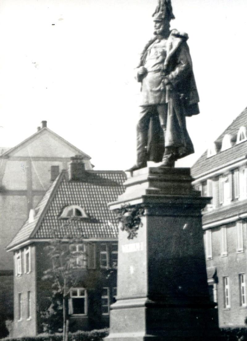 Das Denkmal des Kaisers Wilhelm I. am Hohenzollernplatz an der Lenneper Ringstraße wurde 1940 eingeschmolzen. Lenneparchiv Schmidt.