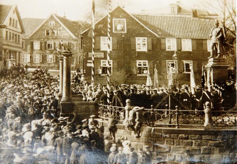 Das Kaiser- und Krieger-Denkmal in Lennep. Einweihung am Sedanstag 1889. Lenneparchiv Schmidt.