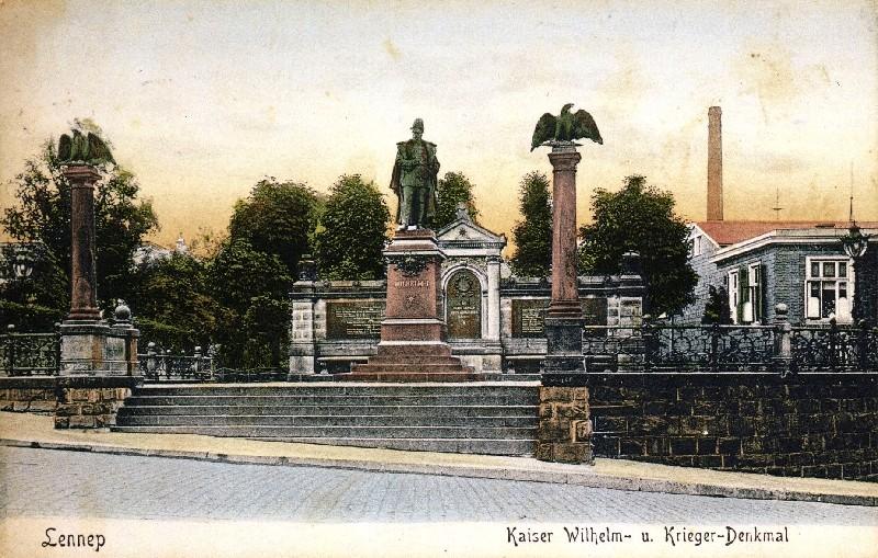 Das Kaiser- und Kriegerdenkmal in Lennep, hier um 1900, war unzählige Male Motiv vaterländischer Ansichtskarten. Lenneparchiv Schmidt.