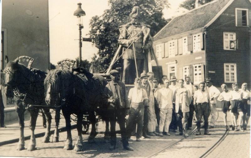 Umsetzung der Bronzefigur vom Mollplatz an den Hohenzollerplatz in Lennep im Jahre 1935. Lenneparchiv Schmidt.