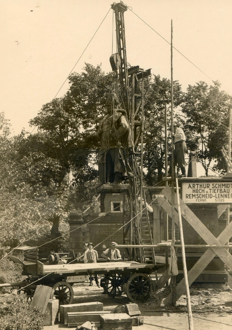 Umsetzung der Bronzefigur vom Mollplatz an den Hohenzollernplatz im Jahre 1935. Lenneparchiv Schmidt.