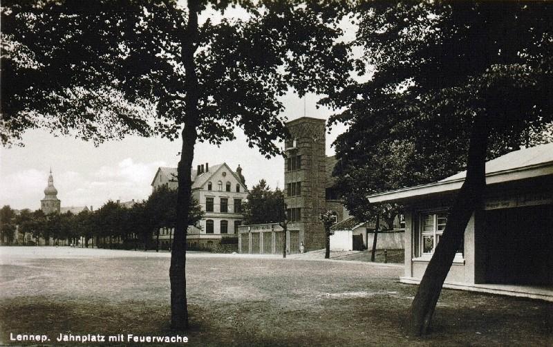 Der Jahnplatz in Lennep um 1940 mit kath. Schule, Feuerwehr und Kiosk am Stadion. Lenneparchiv Schmidt.