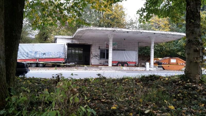 Vom ehemaligen Hardtschen Park her über die Gartenstraße präsentierte sich die alte Tankstelle über Jahrzehnte als Ruine, fast schon wie ein verwunschenes Objekt.