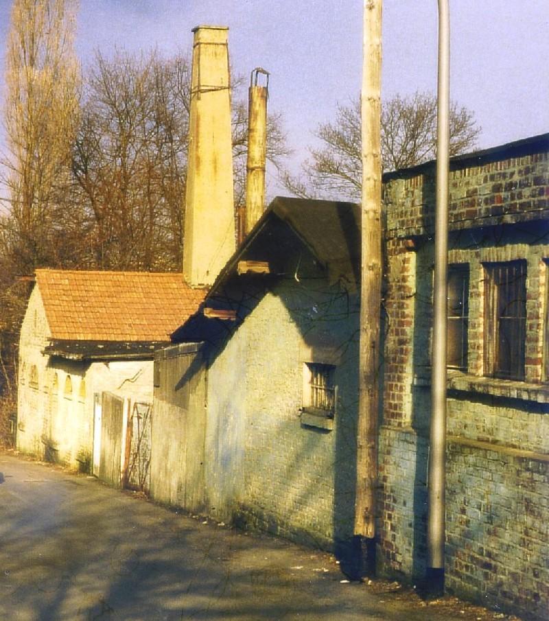 Ältere Lenneper kennen diese Ansicht der historischen Lackfabrik an der Franz-Heinrich-Straße noch gut. Heute ist das Areal anders bebaut