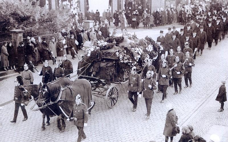 Ein typischer Trauerzug am Kölner Tor. Im Hintergrund sieht man die Ecke am Karstadt-Hertie-Gebäude. Die Leiche wurde auf einer Lafette aufgebahrt und zum Friedhof gefahren