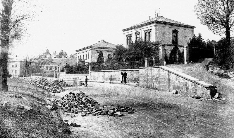 Am heutigen Thüringsberg entstand 1888 auf dem Grund eines früheren schmalen Fahrwegs eine repräsentative Zone mit Allee im Speckgürtel Lenneps. Lenneparchiv Schmidt.