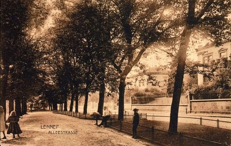Die historische Allee am Thüringsberg gibt es z.T. heute noch. Unter den Gehweg und den Rasenflächen befinden sich die heute überwölbten Brandteiche. Lenneparchiv Schmidt.