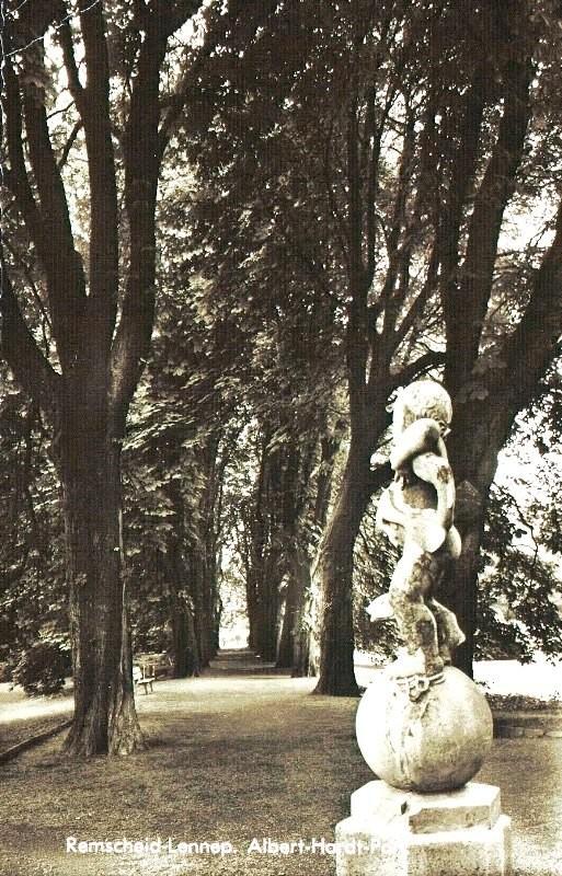 Die historische Kastanienallee im Lenneper Hardtpark auf einer Ansichtsposkarte der 1940er Jahre. Lenneparchiv Schmidt.