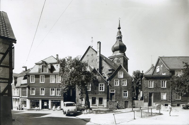 Bei Ausschachtungsarbeiten an der Lenneper Bachstraße stieß Albert Schmidt auf sog. Knüppeldämme als frühe Bachbefestigungen. Foto Lenneparchiv Schmidt.