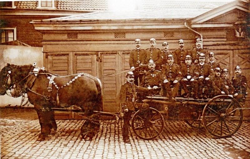 Die alte Lenneper Feuerwehr posiert hier vor ihrem Gerätehaus an der Ecke Poststraße und Sackgasse. Darunter befand sich ganz früher ein Löschteich namens Pörtzchesteich. Lenneparchiv.