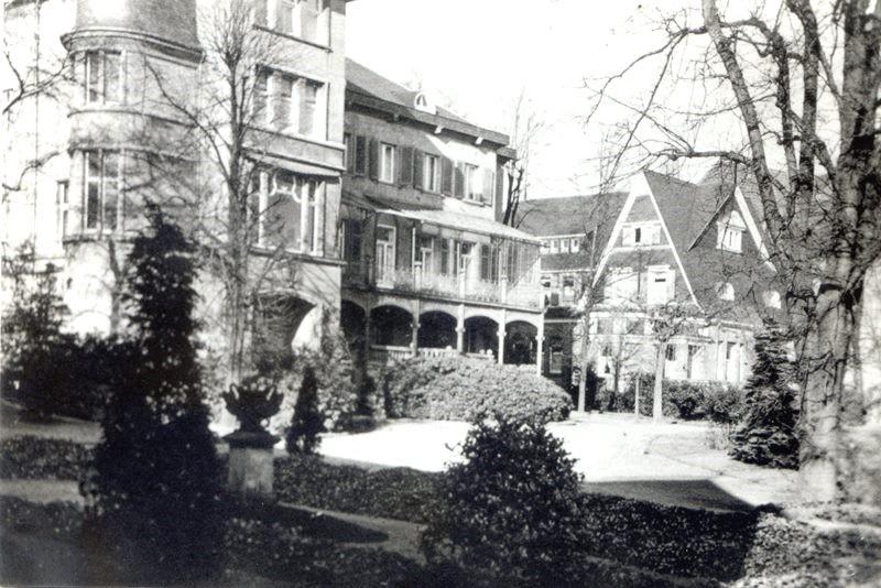 Um die Villa herum entstanden zwischenzeitlich zusätzliche Gebäude privater und geschäftlicher Art. Der 2. Weltkrieg veränderte das Areal nachhaltig. Lenneparchiv Schmidt.
