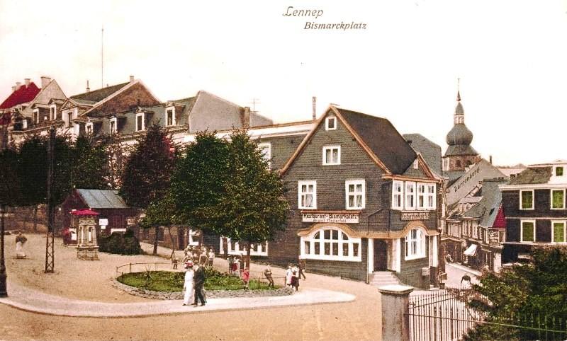 Bevor der Löwenbrunnen Anfang der 1930er Jahre hier entstand, war der abfallende Teil des Bismarckplatzes über Jahrzehnte mit einer Blumenrabbbate beflanzt. Lenneparchiv Schmidt.