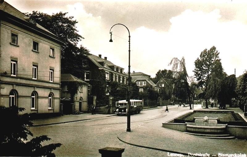 Hier sieht man den Löwenbrunnen kurz nach seiner Entstehung um 1930. Wenige Jahre später wurde er gerne als Werbeplatz für das NS-Winterhilfswerks benutzt. Lenneparchiv Schmidt.