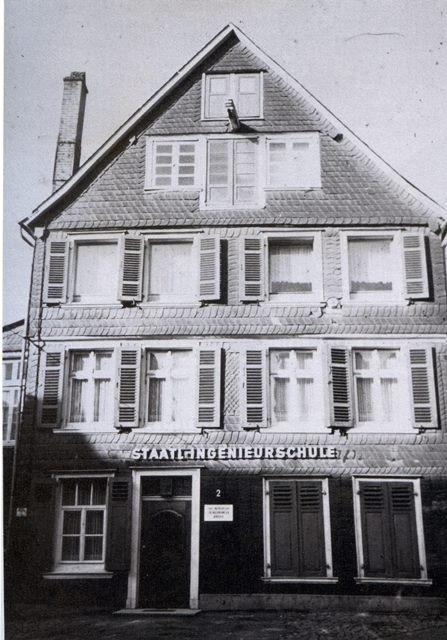 Neugasse 2 in Lennep um 1970. Foto Festschrift 1863-1988 -Maschinentechnik in Wuppertal. Wuppertal 1988