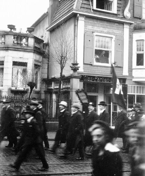 Abb. 7 Aufmarsch Kölner Str. um 1920 in Lennep, Bildautor Dr. Fritz Schulz