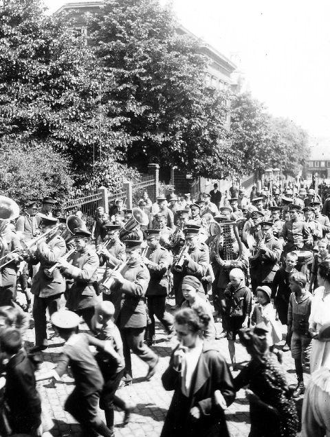 Abb. 8 Aufmarsch Bahnhofstr. um 1920 in Lennep, Bildautor Dr. Fritz Schulz